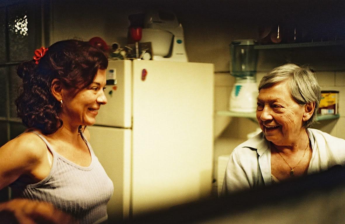 """Alice com sua mãe na cena do filme """"A casa de Alice"""", dirigido por Chico Teixeira."""